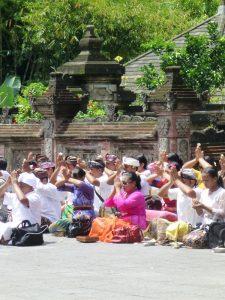 Die Einheimischen beten am Pura Tirta Empul in Ubud.