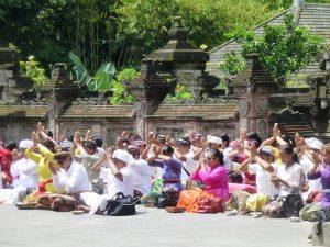 Die Einheimischen beten am Pura Tirta Empul in Ubud - Zwei Wochen Bali