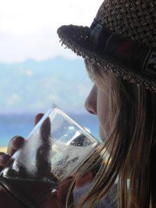 Reisende trinkt ein kühles Getränk auf Gili Trawangan