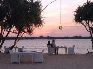Reisende bei einem Dinner am Strand von Gili Meno.