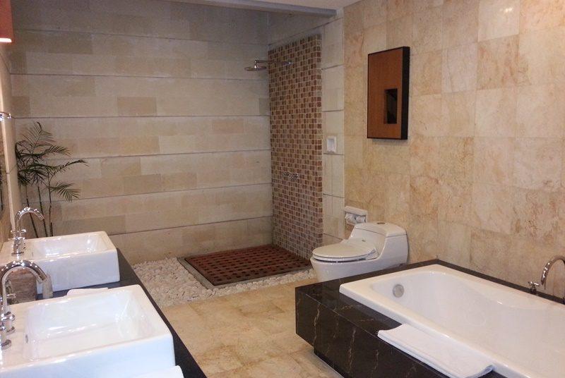 Badezimmer im komfortablen Resort in Jimbaran auf Bali
