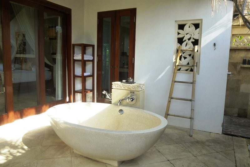 Bad im komfortablen Hotel auf Nusa Lembongan.