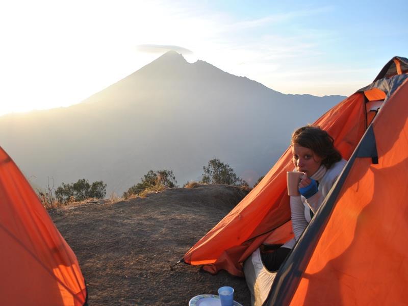 Reisende im Zelt am Gipfel des Rinjani Vulkans in Indonesien.