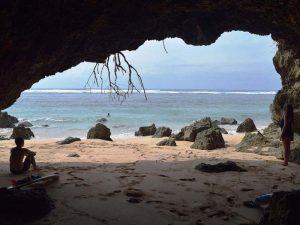 Schattiges Plätzchen in einer Höhle am Strand