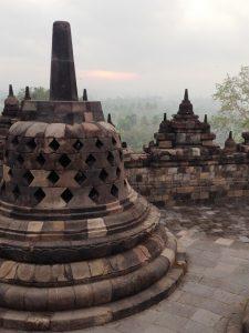 Eine Stupa azf dem Borobudur Tempel auf der Insel Java.