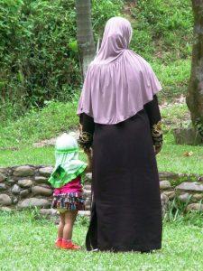 Eine Mutter mit Kind auf der Insel Java.