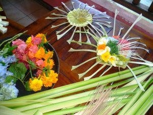 Bunte und blumige Opfergaben in Munduk auf Bali.