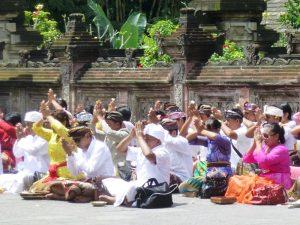 Einheimische beim Beten an einer Tempelanlage auf Bali.