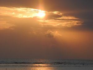 Sonnenuntergang über dem Meer auf den Gili Inseln.