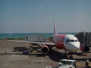 Flugzeug auf der Landebahn bei Denpasar auf Bali.