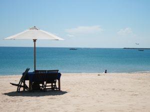 Liegen am Strand von Jimbaran auf Bali.
