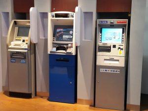 Bankautomaten in einem Gebäude in Indonesien-