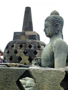Eine Buddha Statue am Borobudur-Tempel auf Java.
