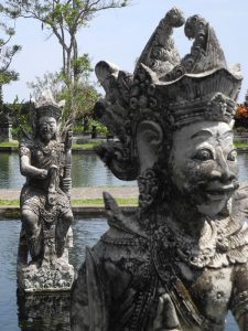 Zwei Stauten im Wasserpalast von Tirtagangga auf Bali.