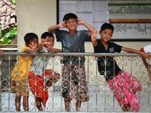 Einheimische Kinder schneiden Grimassen auf Bali.