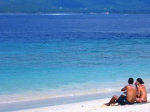 Ein Paar am Strand von Gili Meno.