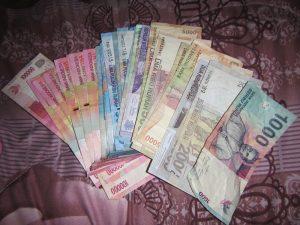 Verschiedene Scheine der Währung Rupien in Indonesien.