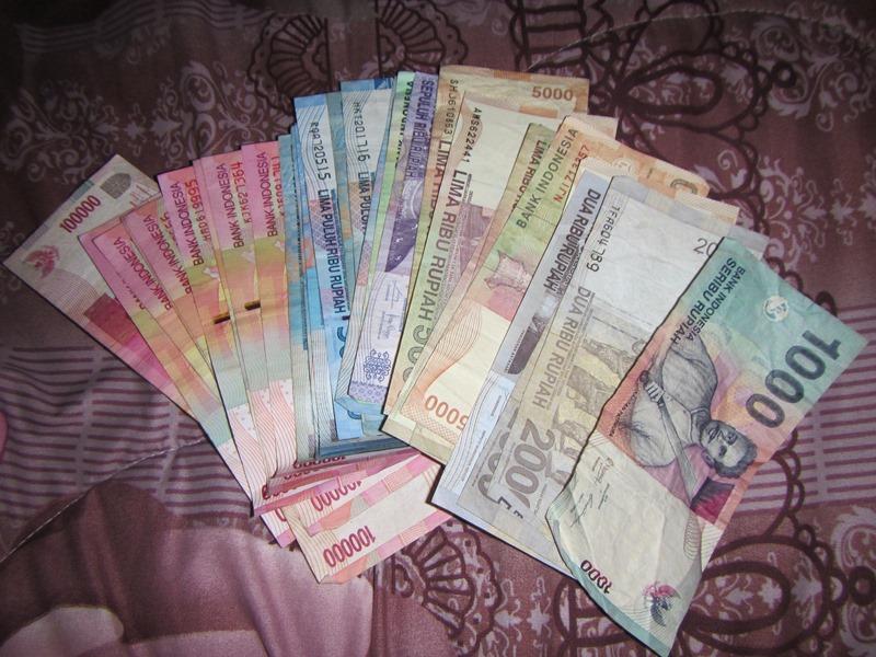 Verschiedene Schreine der Währung Rupien in Indonesien.