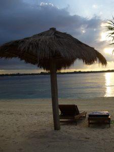 Liegen am Strand von Gili Meno.