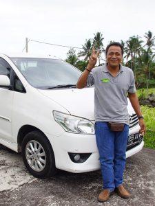 Privater Fahrer vor dem Auto in Indonesien.