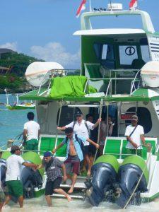 Reisende steigen vom Boot vor der Insel Nusa Lembongan.