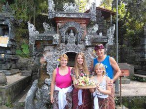Eine Familie vor einer Tempelanlage auf Bali.