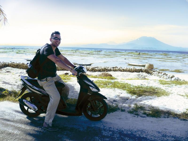 Reisender auf einem Motorroller auf der Insel Nusa Lembongan vor Bali.