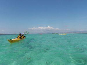 Kayaken im türkis-blauen Wasser