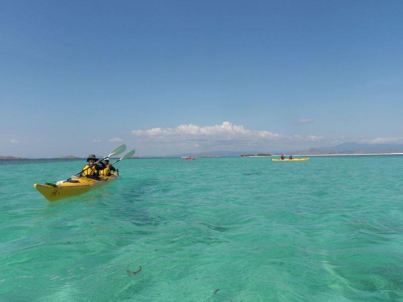 Kayaken im türkis-blauen Meer