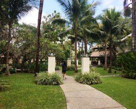 Üppige Gartenanlage eines Komforthotels in Sanur