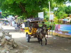 Cidomos und Fahrräder prägen das Straßenbild von Gili Trawangan