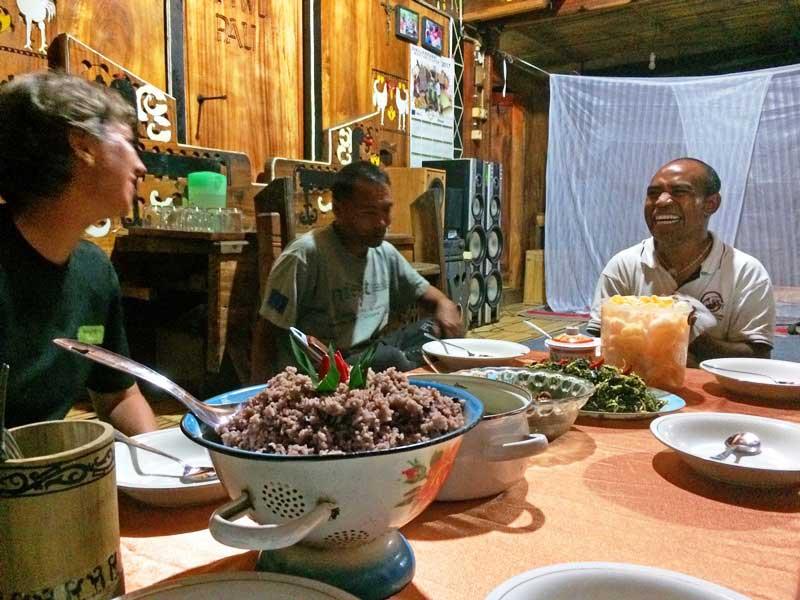 Abendessen mit einer einheimischen Familie auf Flores