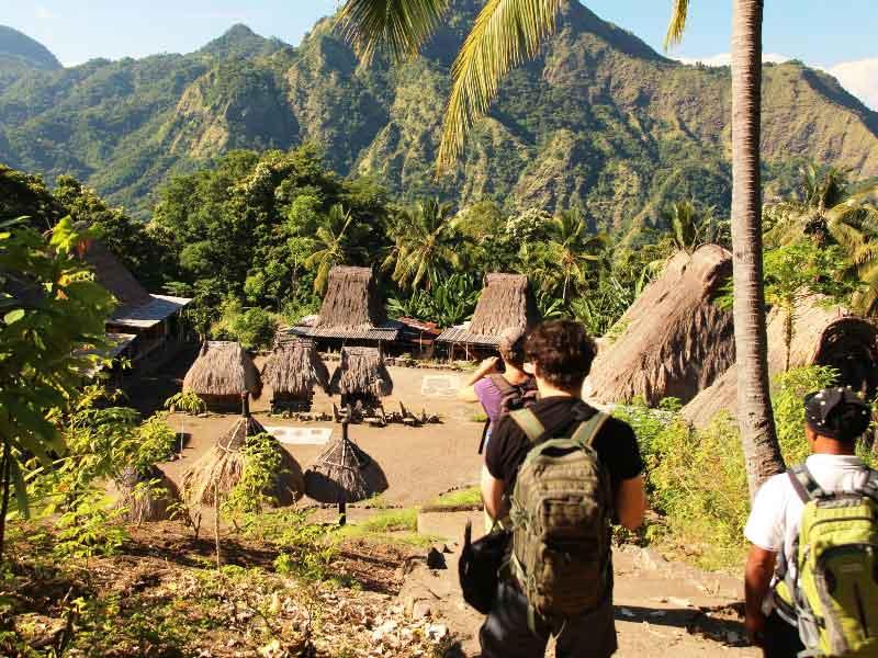 Wanderung zum Ngada Dorf auf Flores