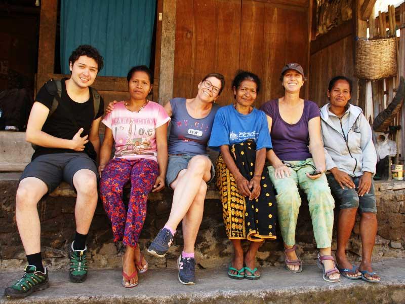 Reisende und ihre Gastegber im Flores Homestay