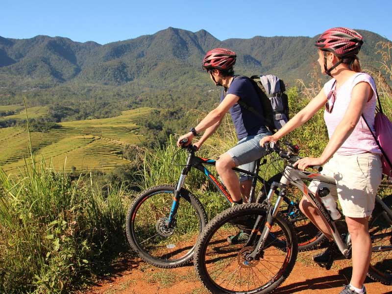 Mit dem Mountainbike entlang der Reisfelder von Ruteng