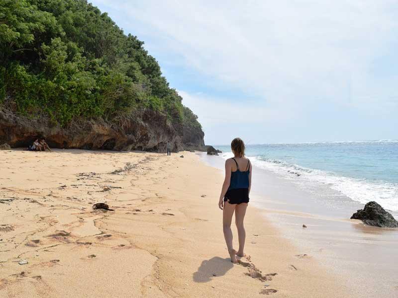 Spaziergang am versteckten Strand