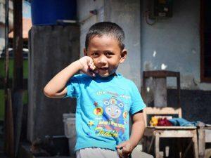 Kind in Yogyakarta - Inselhuepfen Indonesien