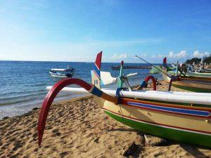 Bunte Drachenboote am Strand von Sanur