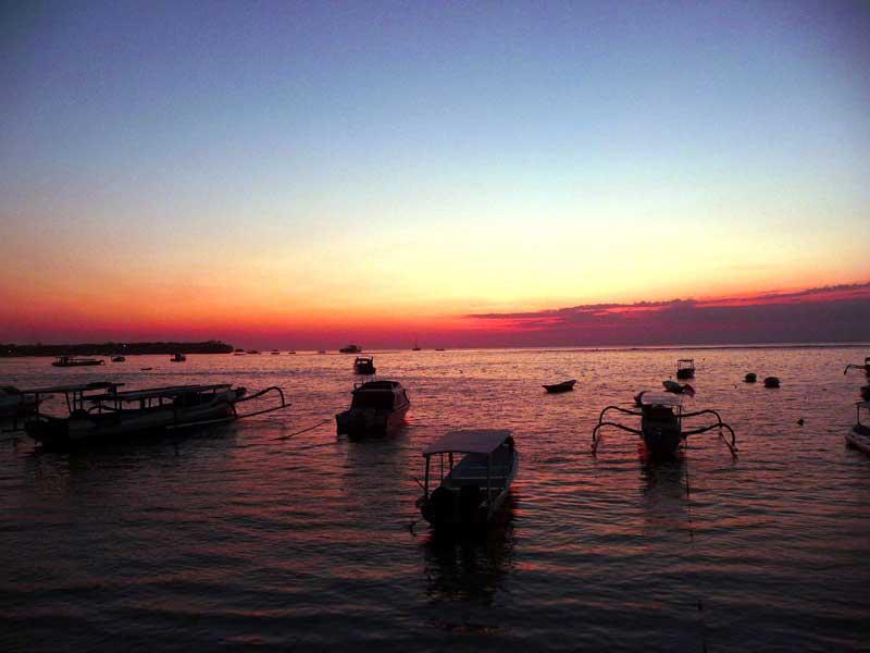 Die untergehende Sonne färbt das Meer vor Jimbaran blutrot