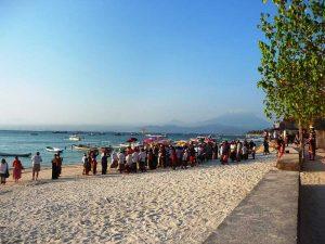 Mit etwas Glück erleben Sie eine Zeremonie am Strand von Sanur