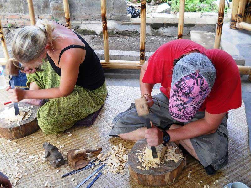 Beim Workshop in Ubud schnitzen Sie Ihre eigene Holzmaske