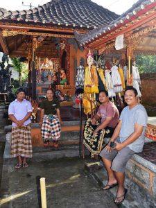Einheimische Männer im Dorftempel