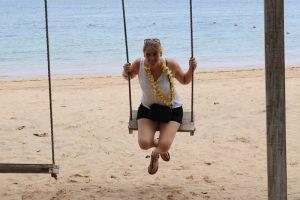 Reisespezialistin Christina Beckers am Strand der Gili Inseln.