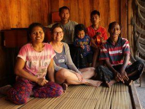 Reisende bei einem Homestay in einem kleinen Dorf auf Flores.