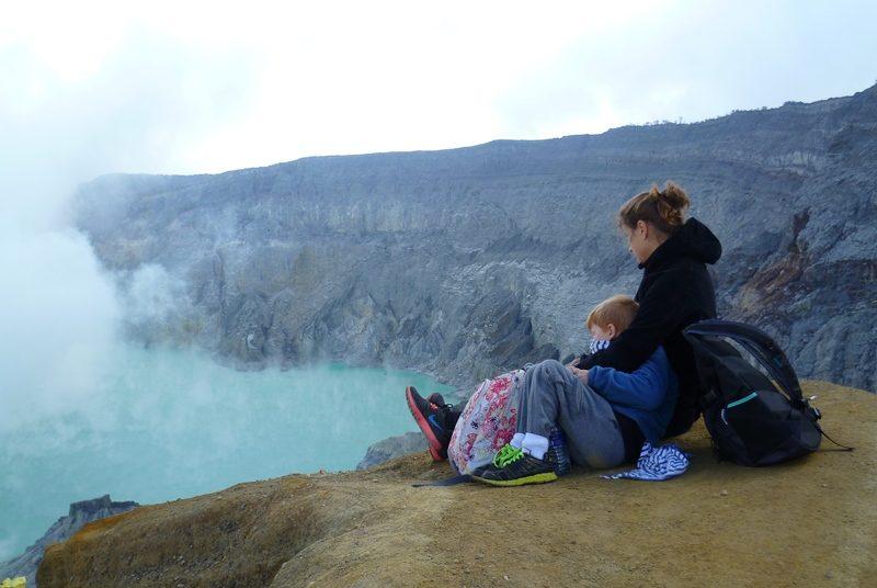 Reisende bestaunen den Kratersee am Gipfel des Ijen Vulkans.