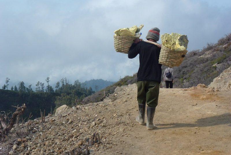 Ein Arbeiter transportiert den gewonnen Schwefel am Ijen Vulkan.