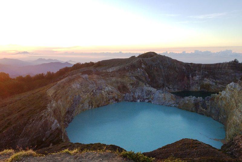 Sonnenaufang am Kelimutu Vulkan auf Flores.