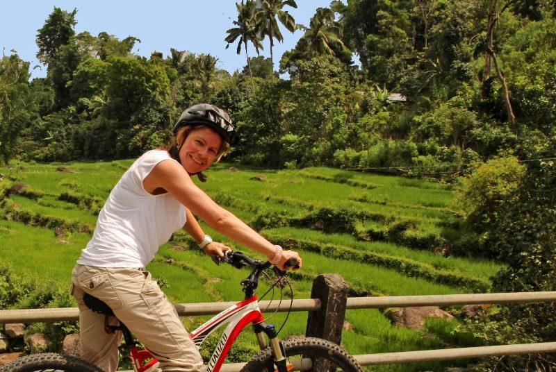 Reisende auf dem Fahrrad in der grünen Natur bei Malino.