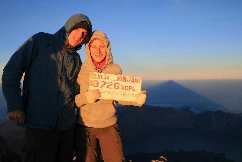 Reisende am Gipfel des Rinjani Vulkans auf Lombok
