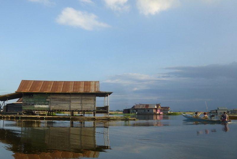 Das schwimmende Dorf bei Sengkang auf Sulawesi.